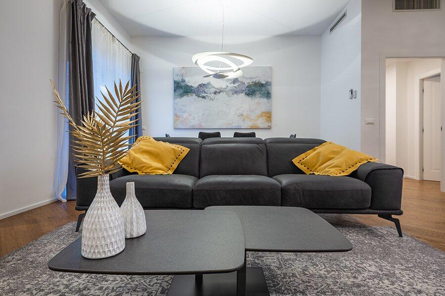 soggiorno - particolare tavolino e divano