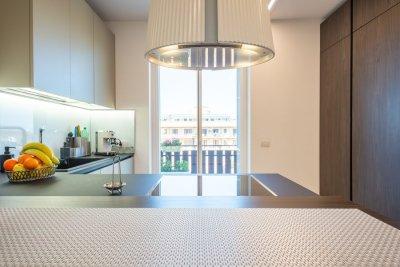 cucina con penisola e cappa di design