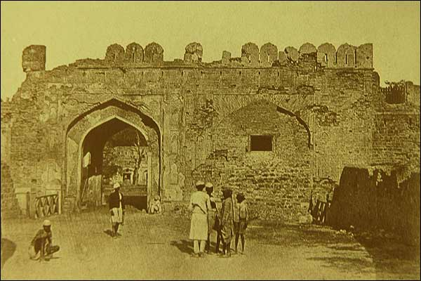 Kashmiri Gate after the pounding by cannons during the 1857 War  |  Albumen print by Felice Beato; source & courtesy - bbc.co.uk  |  Click for image.