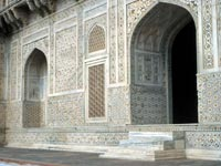 Intricately decorated stonework around the arched doorway to Itimad-ud-Daulah's tomb