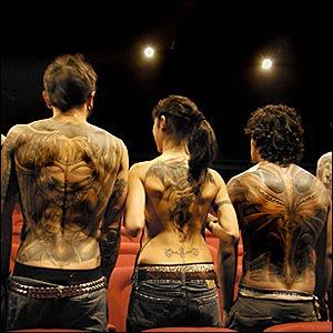 Los participantes muestran sus tatuajes