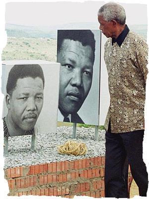 Nelson Mandela visitando la prisión de Robben Island