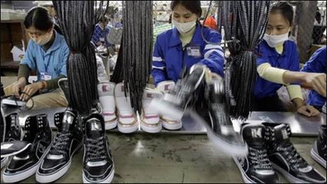 Công nhân ở một xí nghiệp giày dép ở VN