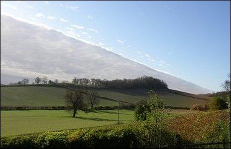 Charlotte Taylor chụp bức ảnh mây này và chị gọi nó là bức tường đông-tây. Bức ảnh được chụp từ nhà riêng tại Eastnor, Herefordshire..