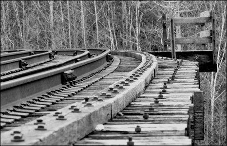 Một đoạn đường sắt cạnh sông Credit, bắc Toronto, Ontario, Canada.