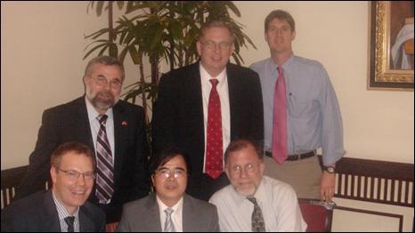 Luật sư Lê Quốc Quân (ngồi giữa) trong một lần gặp gỡ ủy ban tự do tôn giáo Mỹ