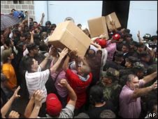 Seguidores del presidente de Honduras, Manuel Zelaya, recoger cajas en una base de la fuerza aérea en Tegucigalpa. Foto: 25 de junio.