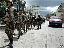 Soldados en la entrada de un cuartel militar en Tegucigalpa