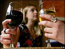 Mujeres tomando vino