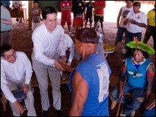 Ed Miliband visita una tribu en Xingu