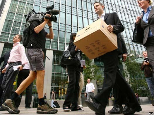 Un alt executiu abandonant ledifici de Lehman Brothers el dia de la fallida