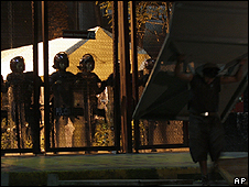 Policía en las afueras de las oficinas de Luz y Fuerza