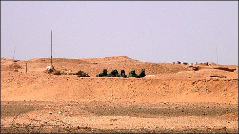 Soldados marroquíes junto al muro del Sahara Occidental