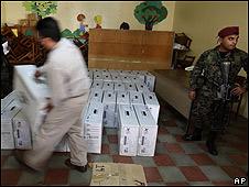Soldado vigila urnas en Honduras