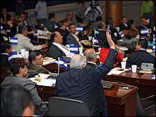 Congreso de Honduras deliberando sobre Zelaya