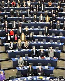Miembros del Parlamento Europeao guardan un minuto de silencio por Haití.
