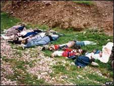 Niños y adultos kurdos muertos en el ataque químico en Halabja en 1988. Foto de archivo
