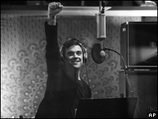 Robbie Williams grabando canción por Haití