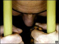 Заключенный тюрьмы Абу-Грейб в Ираке (архивное фото)