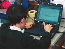 Un joven frente a un laptop