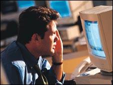 Un hombre mirando una computadora