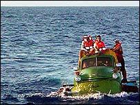 Warga Kuba menumpang alat angkut seadanya untuk mengungsi