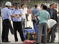 Polisi Cina memeriksa dan menggeledah warga di Xinjiang