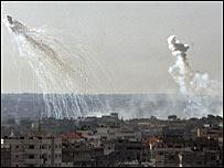 Asap mengepul ke angkasa Gaza, saat militer Israel mulai menyerbu