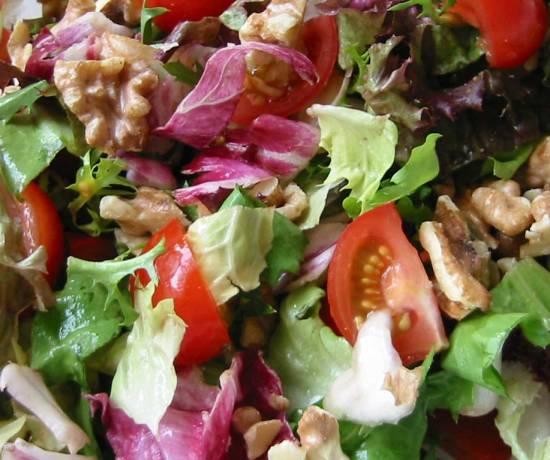 Salade met walnoten en frambozendressing