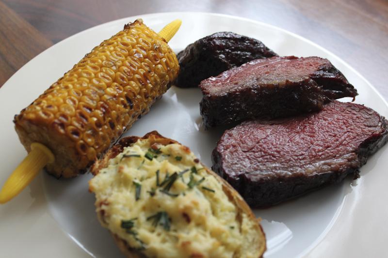Picanha met twice baked potatoe en maïs van de barbecue.