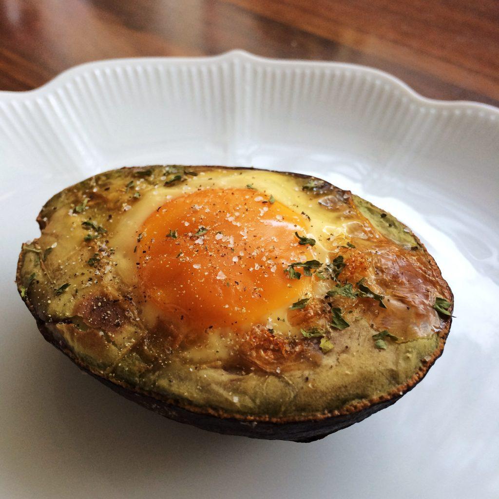 Avocado met ei gerookt op de barbecue BBQ NL