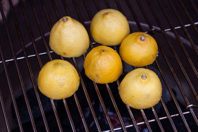 Gegrilde citroenlimonade - het grillen van de citroenen