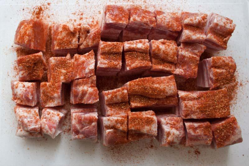 De spekblokjes in de barbecuekruiden