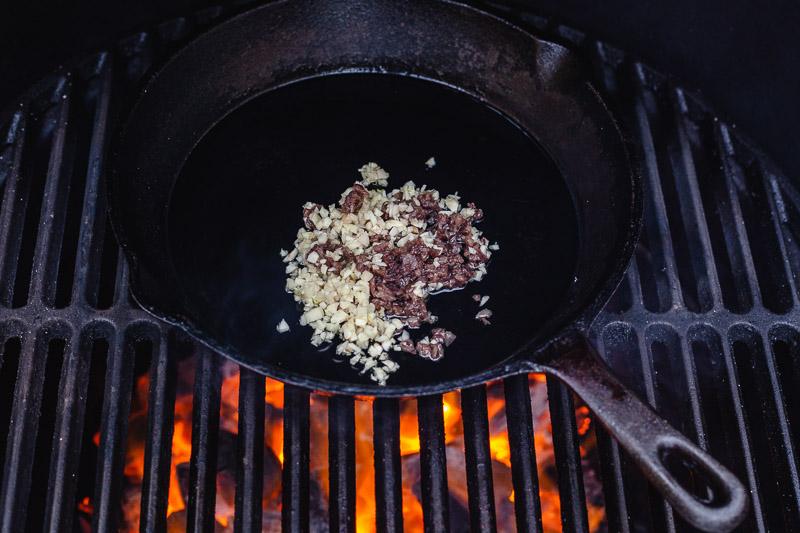 Ansjovis en knoflook in een skillet