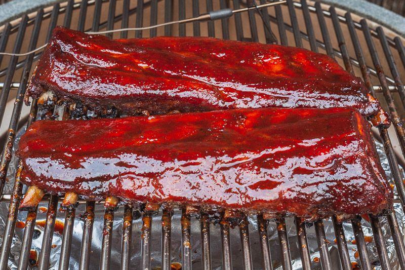 Ribs ingesmeerd met BBQ saus