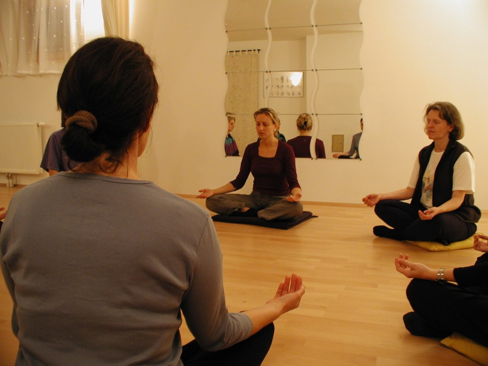 Gruppe bei der Meditation im MBSR-Kurs