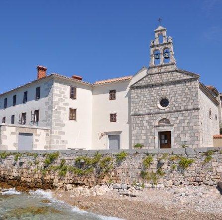 Kloster Glavotok am Meer, blauer Himmel