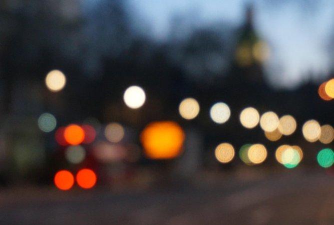 verschwommene Lichtpunkte in der Stadt