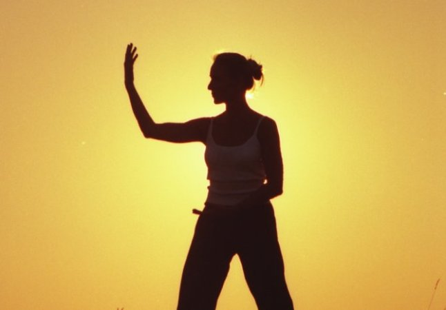 Qigong Übende vor Sonnenuntergang