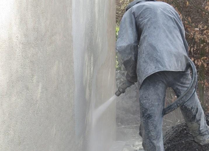 Betonnen muur reinigen bbsreinigen oude stuclaag verwijderen softstralen