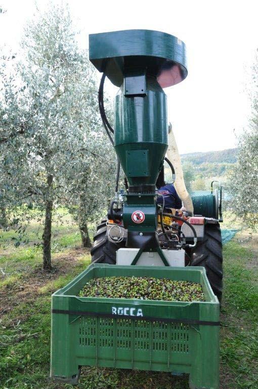 Macchinario per raccolta olive sul Garda