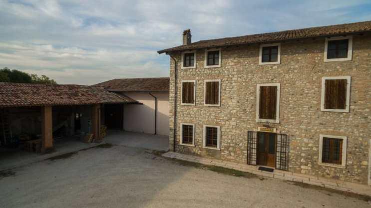Porticato e tettoia dell'azienda agricola Marangona situata a peschiera del Garda