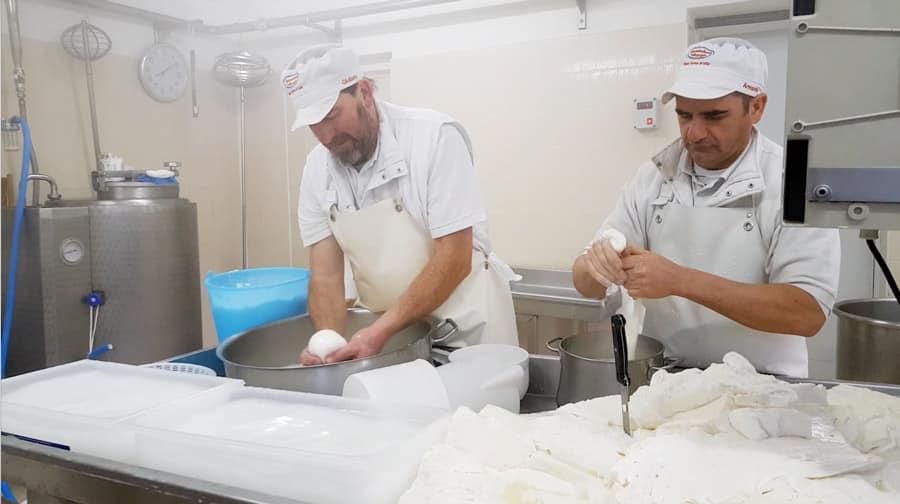 Burratina con stracciatella fatta a mano con latte di forno d'Ono, paese situato in Vallesabbia
