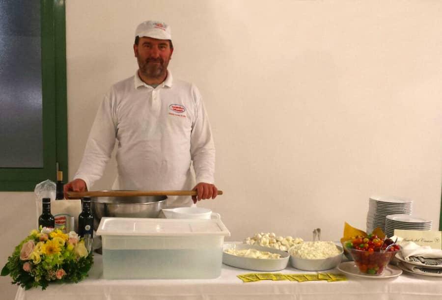 Giuliano Ettori durante una dimostrazione per come fare le mozzarelle a un buffet di matrimonio