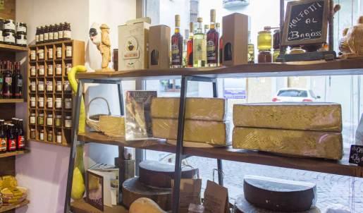 formaggio Bagoss esposto sugli scaffali insieme ad altri prodotti tipici di Bagolino