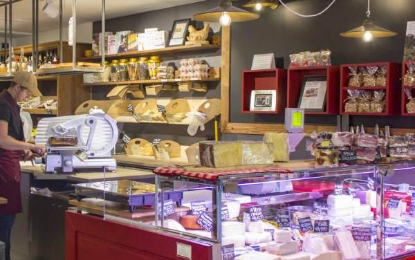 Il banco frigo e i formaggi di montagna proposti nel negozio da Andrea Pelizzari