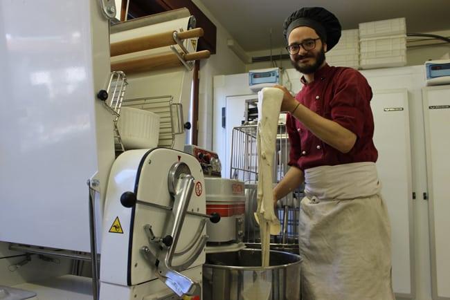 Andrea di Qbio durante la lavorazione e l'impasto della farina
