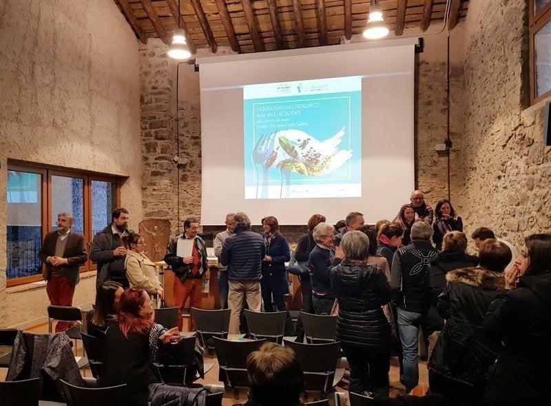 Foto di gruppo dei partecipanti al laboratorio gastronomico organizzato da valli resilienti