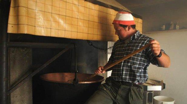 Zanolini Andrea durante la produzione del formaggio Nostrano Valtrompia Dop