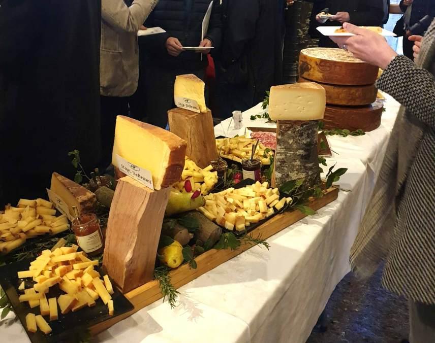 buffet formaggi tipici valli bresciane presso il forno fusorio della Valtrompia
